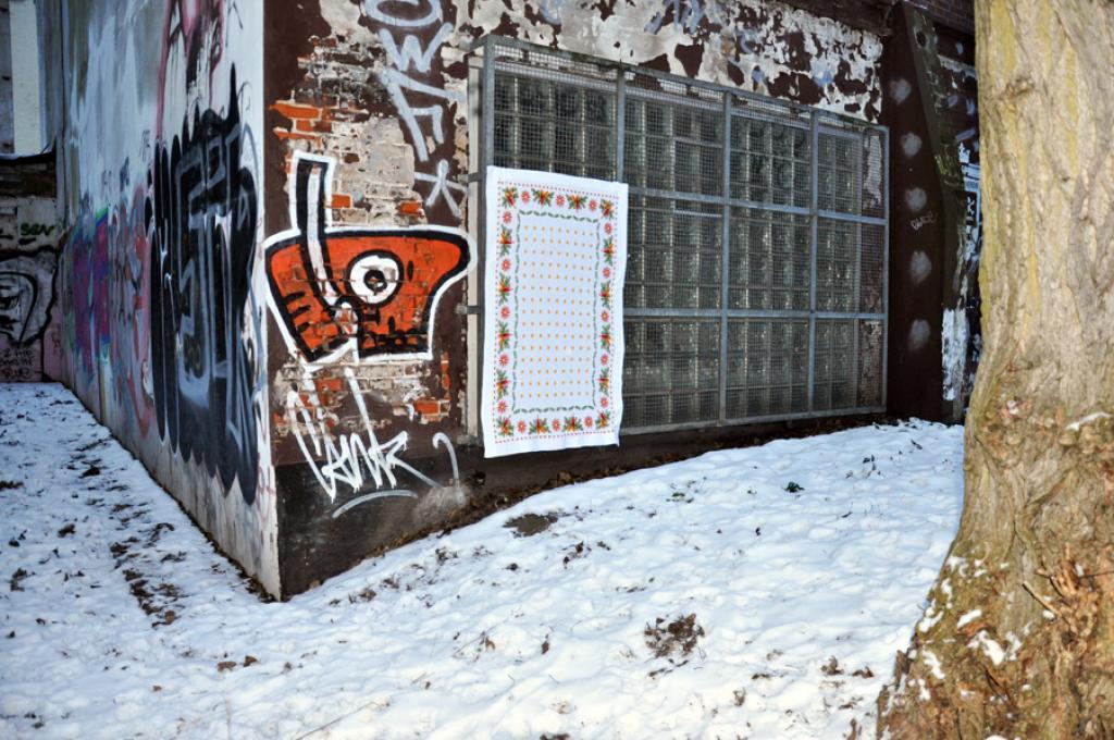 homeless, textiltaggx, tableclothing on walls, tischdecke, manteles en las pared