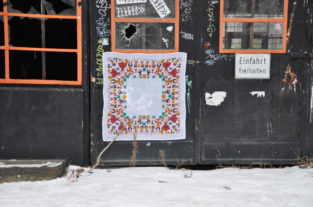 street art, leyla rodriguez, table clothing street art, tischdecke an die wand